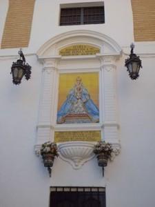 El retablo cerámico de la Virgen de los Reyes en la plaza que lleva su nombre