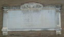 La lápida de Martínez Montañés, en la Plaza de la Magdalena